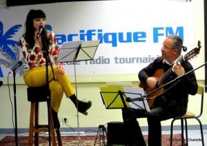 """Fred Alan Ponthieux et EmilieAnneCharlotte interprètent """"Waihi song"""" à la radio."""